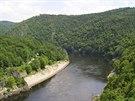 Vltavské údolí z hráze Slapské přehrady, vlevo na skalisku Ferdinandův sloup.