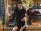 """Buenos Aires, La Boca. Tango k ob�du. Ve �tvrti Boca l�kaj� majitel� restaurac� za stoly str�vn�ky pomoc� profesion�ln�ch tane�n�k�. Opravdov�j�� tango v�ak najdete v milong�ch, kam za tancem chod� oby�ejn� """"porte�os""""."""
