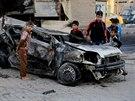 Děti si prohlížejí auto, které zcela zničila nastražená bomba (Bagdád, 9. listopadu 2014).