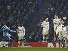 VYROVNÁVACÍ TREFA. Yaya Touré z Manchesteru City skóruje proti CSKA Moskva z přímého kopu.