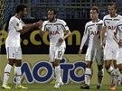 DNESKA VYHRAJEME, KLUCI. Andros Townsend (uprostřed) oslavuje se spoluhráči z Tottenhamu gól proti Tripolisu.