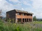 Větrem bičovaná západní fasáda již získává patinu šedého sibiřského modřínu.