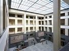 Vstupní hala. Ústředním bodem budovy je velkolepě pojatá hala s proskleným stropem, které se přezdívá bazén. Zástupci fakulty v roce 1921 trvali na schválení návrhu budovy pouze pod podmínkou, že Kotěra nebude trvat na skleněné střeše.