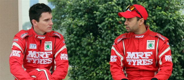 Jan Kopecký (vlevo) diskutuje se svým týmovým indickým kolegou Gauravem Gillem.