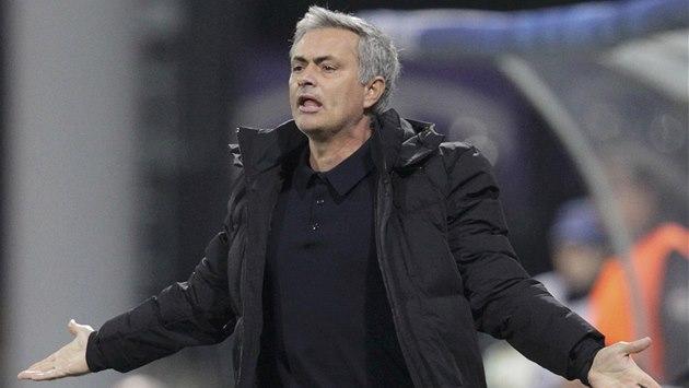 CO JE? José Mourinho, kou� Chelsea, se diví p�i duelu v Mariboru.