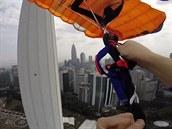 Base jumperka Annette Lyn O'Neilová musela ve vzduchu rychle �e�it problém se...