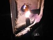Oblouková lampa v akci. Obě elektrody jsou jasně patrné.