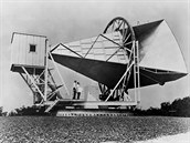 """Anténa v areálu Bellových laboratoří, na které byl poprvé přesvědčivě zachycen signál """"zbytkového"""" záření po Velkém třesku."""