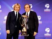 FOTBALOVÉ LEGENDY. Dva bývalí skvělí fotbalisté Pavel Nedvěd (vlevo) a Michel Platini pózují u poháru pro mistra Evropy do 21 let.