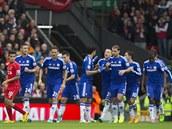 MODRÁ RADOST. Hráči Chelsea oslavují trefu Garyho Cahilla (druhý zleva).