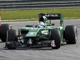 SOUBOJ V ZAT��CE. Kimi Raikkonen z Ferrari a Marcus Ericsson z t�mu Caterham.