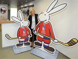 S MASKOTY. Markéta Štěrbová, generální sekretářka organizačního výboru hokejového MS 2015 v Česku. pózuje s maskoty šampionátu Bobem a Bobkem.
