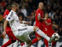 ... ale na vše nestačil. Karim Benzema (v bílém), útočník Realu Madrid, právě střílí branku v utkání Ligy mistrů proti Liverpoolu.