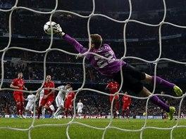 MÁM TO! Simon Mignolet (s číslem 22), brankář Liverpoolu, předvádí reflexivní zákrok v utkání proti Realu Madrid...
