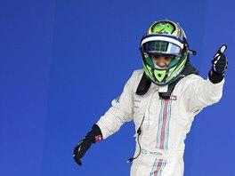 JSEM JEDNIČKA. Felipe Massa právě vystoupil ze svého williamsu a slaví třetí místo v domácím brazilském závodě formule 1.
