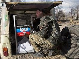 Separatisté vykládají volební urnu z automobilu nedaleko doněckého letiště (2....