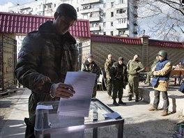Východukrajinští separatisté hlasují o novém vedení nedaleko doněckého letiště...