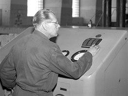 Strojník Rudolf Dolista spouští na plný výkon soustrojí slapské hydroelektrárny. (7. listopadu 1954)
