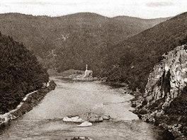 Dolní slap (1925). Vpředu je vidět skalisko v řečišti nazvané Kubíček, nejzrádnější úsek vorařů. Na tomto Dolním slapu dnes stojí Slapská přehrada.