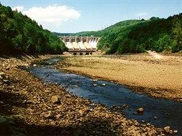 Přehrada Slapy po upuštění Štěchovické přehrady v roce 1999