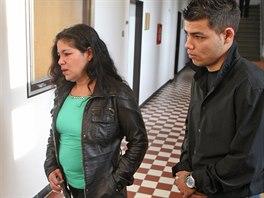 Obžalovaní Šárka Bandyová a její syn Miroslav  jdou do jednací síně. (3....