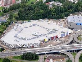 Nové obchodní centrum Frýda a zimní stadion Polárka (vpravo) ve Frýdku-Místku.