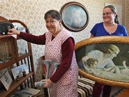 �t�p�nka Genserkov� (89 let) zkou�� naladit sta�i�k� radio, obraz dr�� soci�ln� pracovnice Marie Mayerhofferov�.