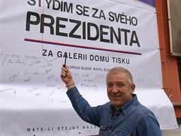 Plakát vyvěsil podnikatel Oldřich Šlégr na sídlo své firmy, Domu tisku v Trutnově. (7. 11. 2014)