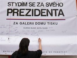 Od čtvrtka 6. 11. 2014 se na plakát na Domu tisku v Trutnově podepisují lidé.