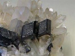 Wolfram s krystaly křemene a pyritu