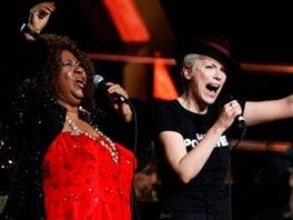 Aretha Franklin a Annie Lennox při oslavách Rock'n'rollové síně slávy (2009)