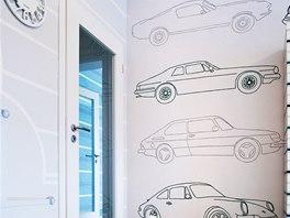 Malba aut na jedné ze stěn je originálním prvkem pokojíčku.