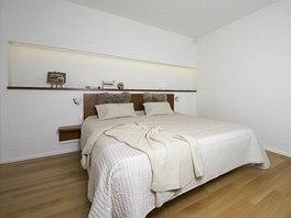 Ložnice majitelů: zde vsadila designérka na minimum nábytku a přírodní barvy.