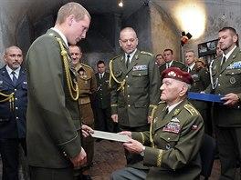 Dekret o absolvování spolu z nášivkou převzali úspěšní absolventi kurzu Komando z rukou posledního žijícího parašutisty československé zahraniční armády Jaroslava Klemeše.