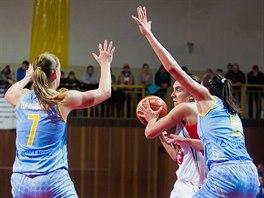 Tatsiana Lichtarovi�ov� (v b�l�m) z Hradce Kr�lov� je br�n�na Alenou Hanu�ovou (vlevo) a Sonjou Petrovi�ovou z USK Praha.