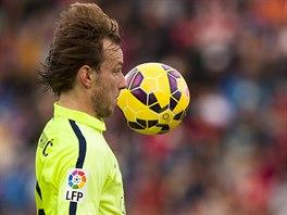 Ivan Rakitič z Barcelony se žene za míčem v ligovém utkání.