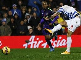 Charlie Austin z Queens Park Rangers se opřel do míče a vstřelil gól.