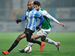Boleslavský Mickaël Tavares (vlevo) a jablonecký Daniel Silva Rossi v souboji o balón v ligovém utkání