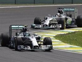 Nico Rosberg na trati VC Brazílie před Lewisem Hamiltonem