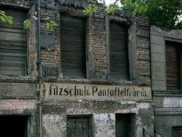 Zatlučené fasády domů na východoněmecké straně Bernauer Strasse sloužily jako...