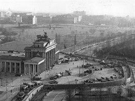 Pohled na okolí Braniborské brány se stavbou Zdi ze střechy Říšského sněmu...