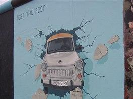 Jeden z mnoha grafitti na East Side Gallery, nejdelšího zachovaného úseku...