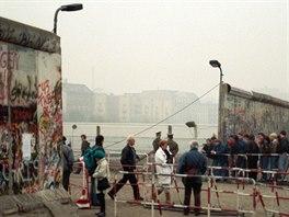 Dokonáno: lidskou řeku už nešlo zastavit. Tisíce východních Němců procházejí...