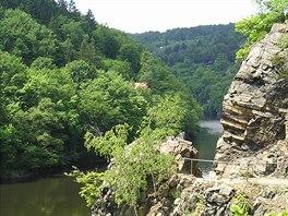 Naučná stezka Svatojánské proudy je místy vysekaná do skal.