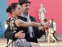 Buenos Aires, La Boca - tangové pózování s tanečnicí za poplatek. Půjčí vám i sako a klobouk.