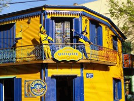 �lutomodr� raj�n. V p��stavn� �tvrti Boca, jej� ��st se zm�nila v k��ovitou turistickou atrakci, je hodn� domk� ve �lutomodr�ch barv�ch nejpopul�rn�j��ho argentinsk�ho klubu Boca Juniors.