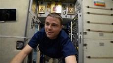 Astronaut Reid Wiseman proplouvá vesmírnou stanicí ISS.