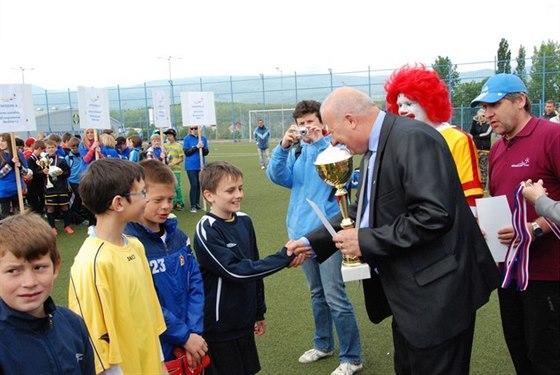 Hejtman je rád co nejčastěji mezi dětmi. Zde předává ceny na fotbalovém McDonalds cupu v Teplicích