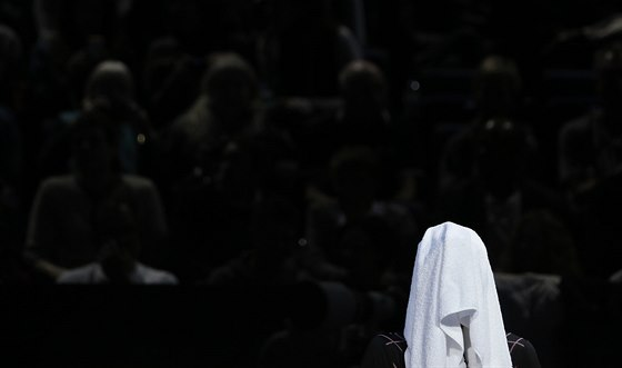 CÍTÍM SE NĚJAK TAKHLE...  Tomáš Berdych a jeho rozpoložení v utkání se Stanislasem Wawrinkou.