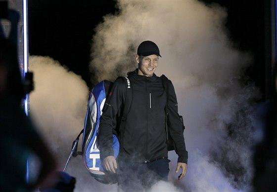 TADY BYLO JEŠTĚ VESELO. Tomáš Berdych nastupuje na kurt.